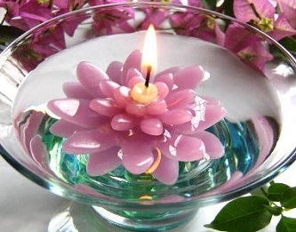 Lilac floating flower candle